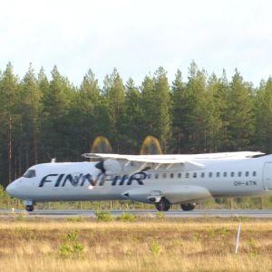 Ett Finnairplan rullar längs landningsbanan på väg att lyfta