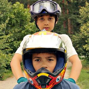 Två pojkar med hjälm på.