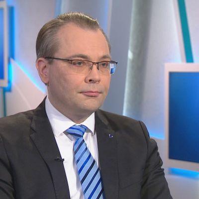 Försvarsminister Jussi Niinistö intervjuas i Morgonettan i Yle TV1 den 19 januari 2018.
