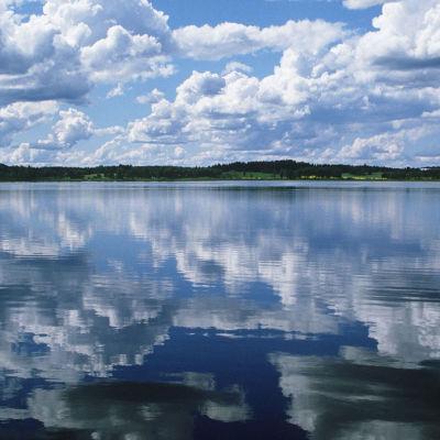 kuva pilvistä jotka heijastuvat järven pintaan