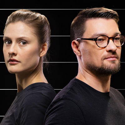 Nainen ja mies seisovat selät vastakkain, taustalla mitta-asteikkoa symboloivaa grafiikkaa.