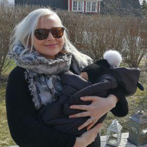 Annu Kuronen vauva sylissään.