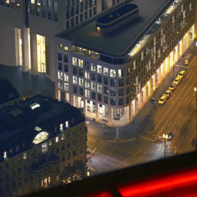 Kuva Frankfurtista yöaikaan