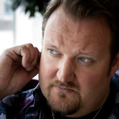Sami Hedberg katsoo tuumivasti sivulle ja rapsuttaa korvaa.