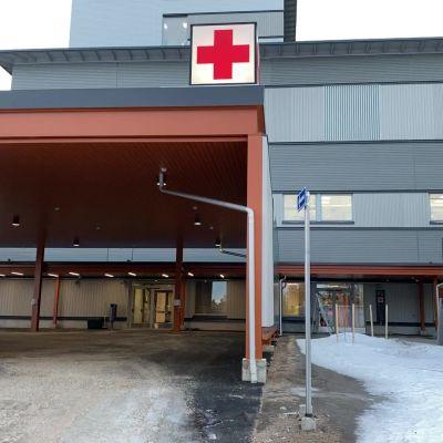 Kainuun uuden sairaalan päivystyksen ovi.