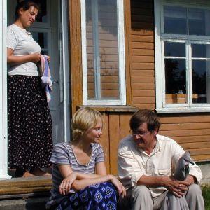 Virolaisia talon edessä