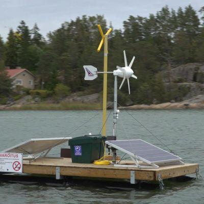 En flotte med solpaneler och vindturbin i Nådendals skärgård, en så kallad sälskrämma.