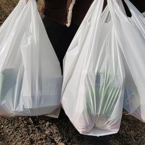 Kouluruokaa kannetaan muovipussissa