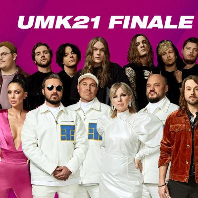UMK21-finalistit violetin UMK-taustan edessä, kuvassa teksti UMK FINALE LIVE