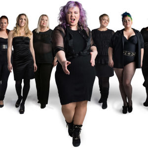 En bild med sju kvinnor på rad som representerar Ylekampanjen Vaakakapina.