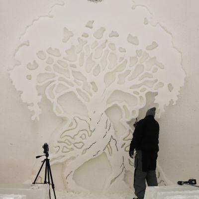 Kemin valmistuvan Lumilinnan seinäkaiverrus