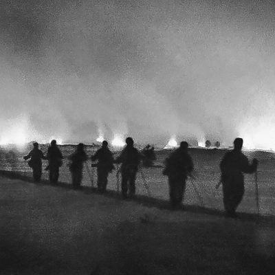 Operaatio Kalevan sotilaat katselevat palavaa Suopassalmea