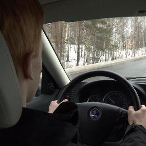 Albin Ljungqvist kör bil.