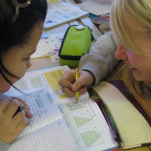 Tytöt opiskelevat matematiikkaa