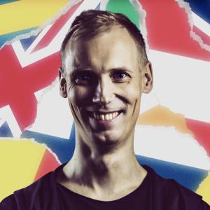 Juska Wendland, eli DJ Orion, lipuista kootun kollaasitaustan edessä.