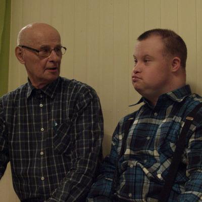 Rovaniemeläinen Matti on poikansa Pertin omaishoitaja.