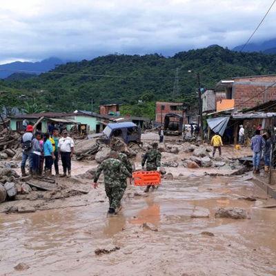 Colombias armé deltar i räddningsarbetet i Macao, Colombia, som svämmats över av lera och sediment.