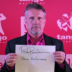 Pekka Rautavaara osallistuu Seinäjoen Tangomarkkinoiden laulukilpailuun.