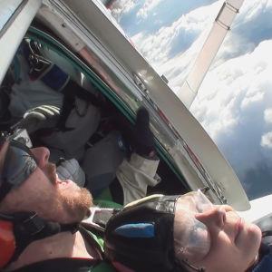 Tuhkimotarionoiden Eija hyppää lentokoneesta, laskuvarjohyppy 1