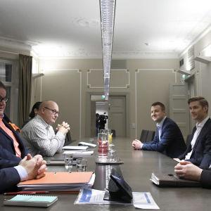 Parterna i arbetskonflikten förhandlar på riksförlikningsmannens byrå