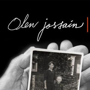 """Kuva vanhuksen kädestä, joka pitelee vanhaa valokuvaa sekä teksti """"Olen jossain -kiertonäyttely"""""""