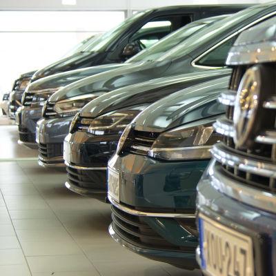 Uusia autoja kaupassa