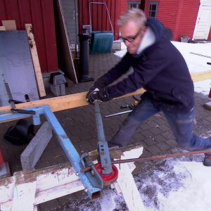 För att böja röret till lampfoten använde sig Jim av ett specialverktyg