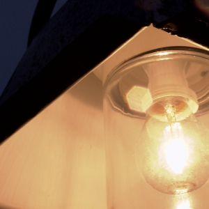 Lampan lyser upp mörkret