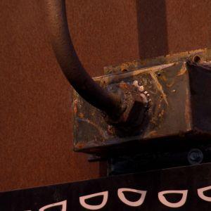 Lampfoten och fästet får rosta och få sin patina