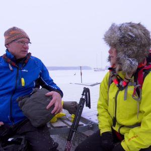 Ifall man gått genom isen är det viktigt att torka sig och klä på sig torrt uppfrån ner