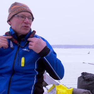 Isdubbarna fästs tätt runt halsen och används för att dra upp sig ur isvaken