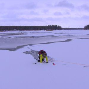 När isen bär kryper Elin på alla fyra ännu en bit framåt