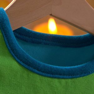 Halslinningen på den färdiga tröjan