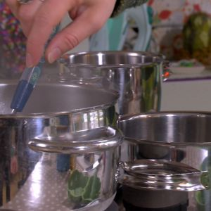 Här kokar Lee farger av råvaror de flesta har hemma i köksskåpet.