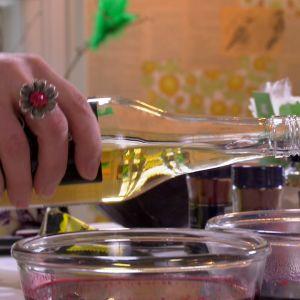 En skvätt vit vinäger i färgkoket gör att färgen fastnar bättre på äggen