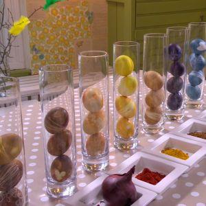 Ägg färgade med naturliga råvaror och roliga mönster