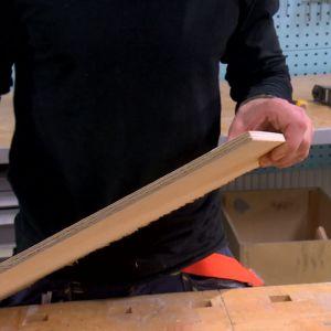 Jim använder en 10 mm tjock björkfanérskiva till bumerangen