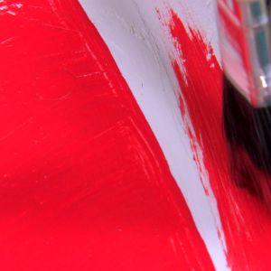 Måla raketens topp röd.