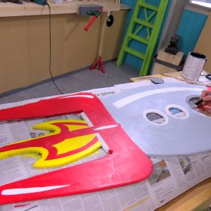 Lee målar raketen.