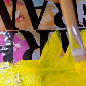 Måla färg över hela tavlan.
