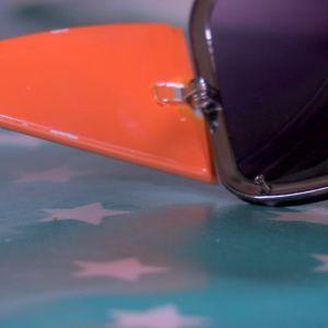 Lee skruvar loss glas från solglasögon.