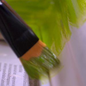Måla ramen med färg.