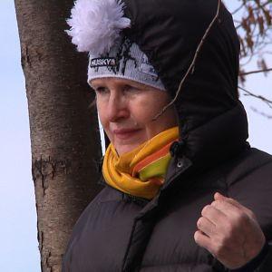 Natasha Podkolzina seisoo mietteliäänä puun vierellä.