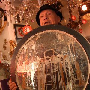 Asko peilin kanssa kristallikruunujen alennusmyynnissä