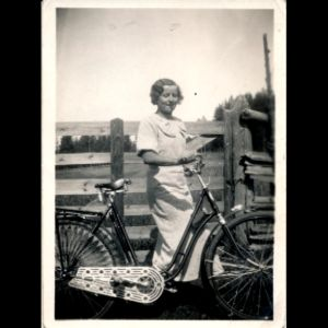 Helvi Simonen nuorena polkupyörän kanssa mustavalkokuvassa.