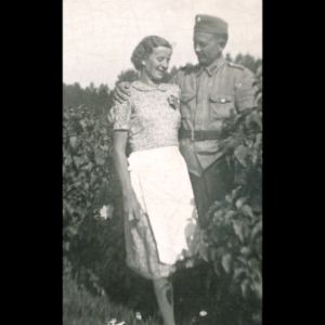 Nuori pari mustavalkokuvassa. Kesällä, sota-aikaan.