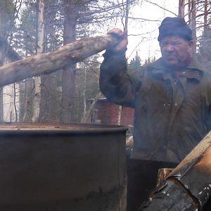 mies polttaa puuta