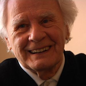 hymyilevä vanha mies