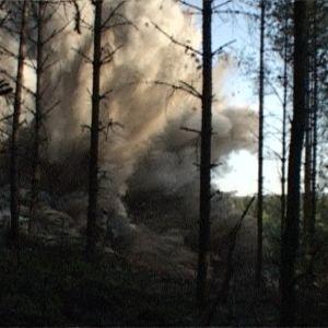 kallion räjäytys metsästä kuvattuna