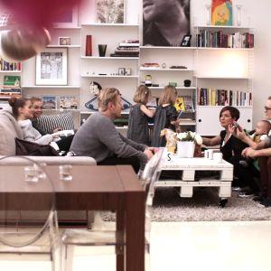 Familjen Sundblom Lindberg med gäster i vardagsrummet under TV-inpelningen av Cirkus familj